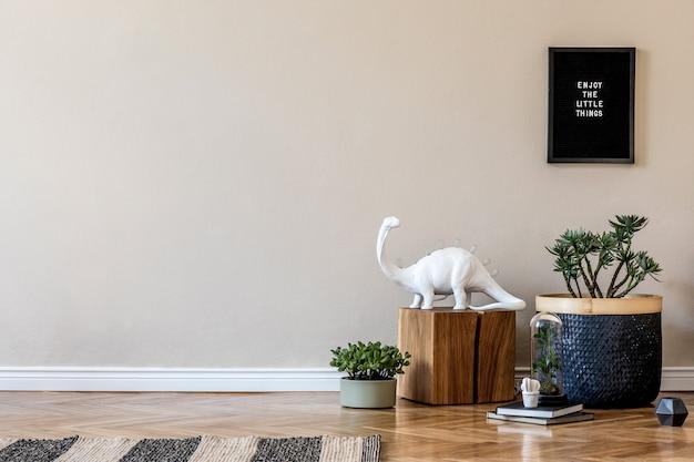 Creatieve compositie van stijlvol hal/woonkamer interieur met houten commode en accessoires. neutrale muren. ruimte kopiëren.