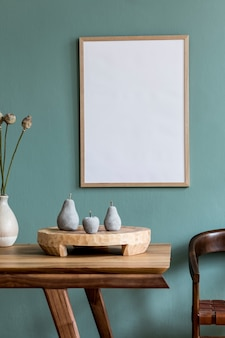 Creatieve compositie van stijlvol scandi eetkamer interieur met frame, houten tafel, stoel, plant en accessoires. eucalyptus muren.