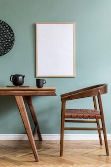 Creatieve compositie van stijlvol scandi eetkamer interieur met frame, houten tafel, stoel, plant en accessoires. eucalyptus wanden, parketvloer.