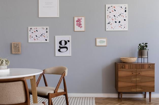Creatieve compositie van stijlvol scandinavisch woonkamerinterieur met posterframes, bank, houten commode, stoel, planten en accessoires. neutrale wanden, parketvloer.