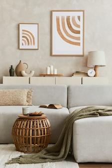 Creatieve compositie van stijlvol woonkamerinterieur met mock-up posterframe, bank, commode kleivazen en stijlvolle persoonlijke accessoires. pastel neutrale kleuren. sjabloon.