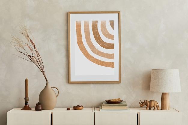 Creatieve compositie van stijlvol woonkamerinterieur met mock-up posterframe, beige commode, kleivazen en stijlvolle persoonlijke accessoires. pastel neutrale kleuren. sjabloon.
