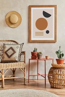 Creatieve compositie van stijlvol woonkamerinterieur met mock-up posterframe, rotan fauteuil, salontafel, cactussen en persoonlijke accessoires. plant liefde en natuur concept. sjabloon.