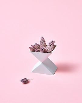Creatieve compositie van twee kartonnen dozen met kegels op een roze achtergrond met ruimte voor tekst. herfst lay-out