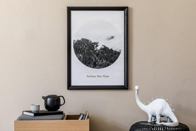 Creatieve compositie van zaalinterieur met zwarte mock-up posterframe, houten commode en accessoires. sjabloon.