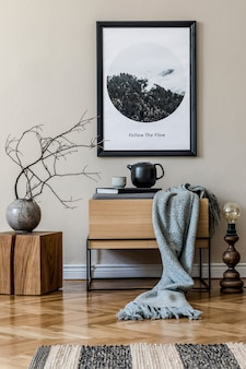 Creatieve compositie van zaalinterieur met zwarte mock-up posterframe, houten commode, zwarte schalen en accessoires. sjabloon.