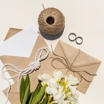 Creatieve compositie voor bruiloft met witte bloemen