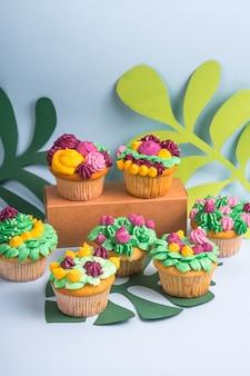 Creatieve dessertmuffin met kleurrijke roomdecoratie