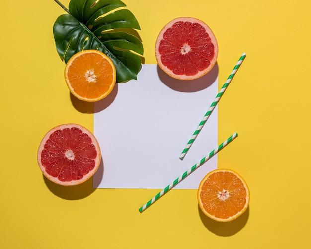 Creatieve fruitsamenstelling op gele achtergrond met harde schaduwen