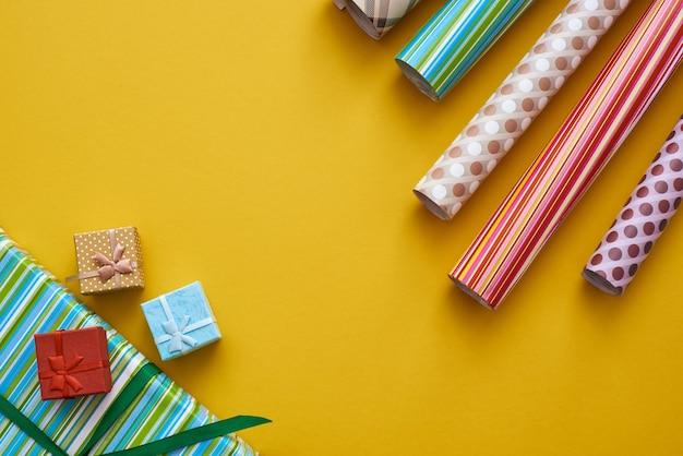 Creatieve geschenkverpakkingsdoosverpakking met heldere en kleurrijke geschenkverpakkingsrollen
