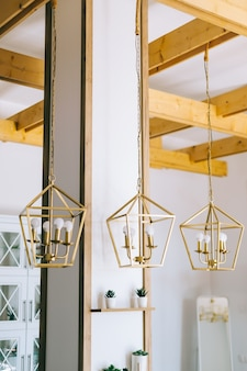 Creatieve gouden metalen lampenkap in moderne keuken.