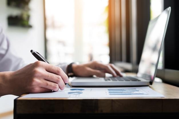 Creatieve hand notities op de notitieblok. reatief schrijven idee op werkplek