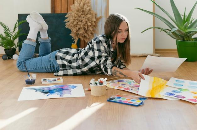 Creatieve hedendaagse schilder afstandsschot
