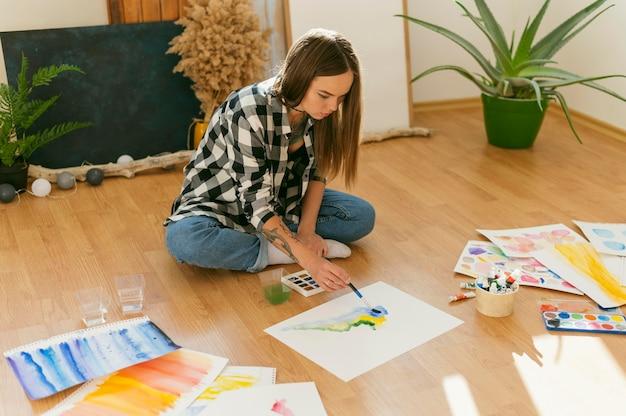 Creatieve hedendaagse schilder hoge mening