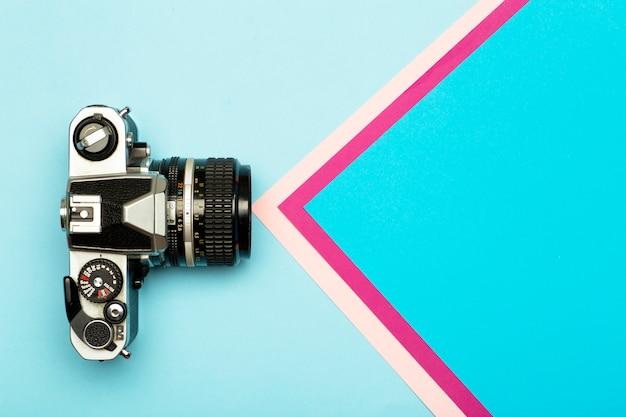Creatieve het conceptenachtergrond van de fotocamera. vintage retro fotocamera op een gekleurde achtergrond. reizen, vakantie en fotografie concept