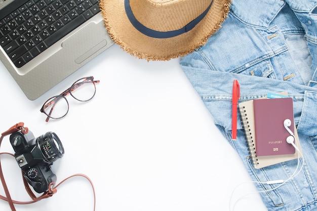 Creatieve high angle weergave van reisconcept met tienerartikelen en laptop op witte achtergrond, reizen en vakantieconcept