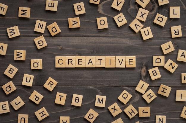 Creatieve houten tekst en houtsnede op lijst voor bedrijfsconcept.