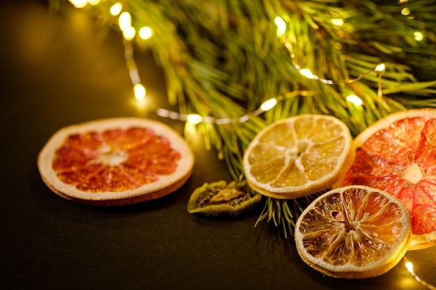 Creatieve humeurige vakantie kerstmis nieuwjaar gedroogde citrusvruchten