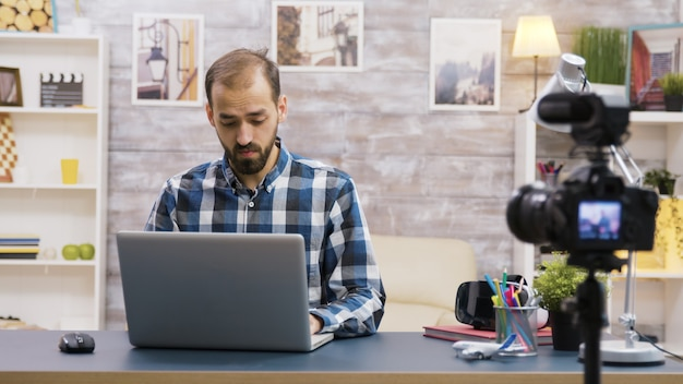 Creatieve inhoudsmaker opname beoordeling van laptop. beroemde vloggers.