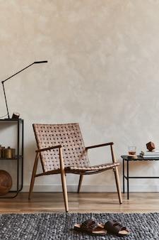 Creatieve interieurontwerpsamenstelling van elegante mannelijke woonkamer met kopieerruimte, bruine fauteuil, industriële planken en persoonlijke accessoires. sjabloon.