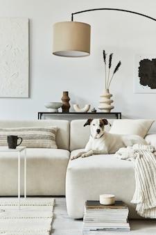 Creatieve interieursamenstelling van gezellige woonkamer met mock-up posterframe en structuurschildering, hoekbank, salontafel, textiel en persoonlijke accessoires. scandinavische klassieke stijl.