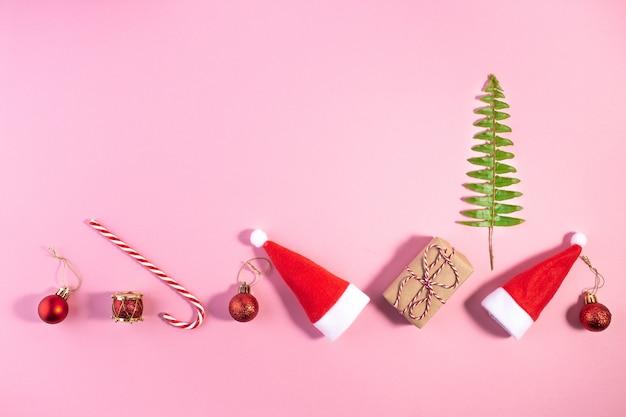 Creatieve kerst lay-out gemaakt van kerstman hoed en decoratie