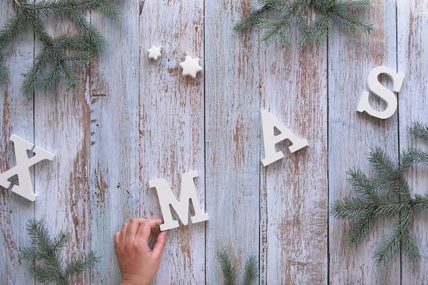 Creatieve kerst plat lag op rustieke houten planken.