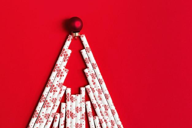 Creatieve kerstboom gemaakt van rietjes