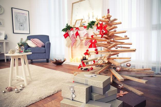 Creatieve kerstboom in woonkamerinterieur