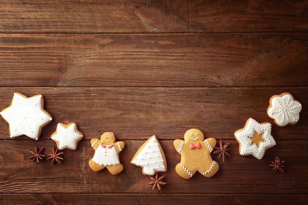Creatieve kerstkoekjes op houten tafel