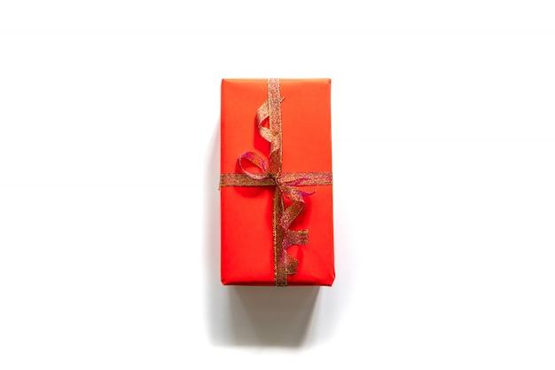 Creatieve kerstmissamenstelling van giftdoos met gouden band op wit. bovenaanzicht met copyspace.