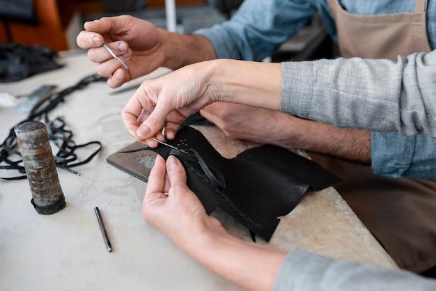 Creatieve kleermaker die in werkplaats aan een nieuw doek werkt