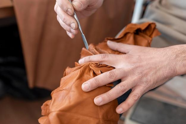 Creatieve kleermaker die in werkplaats werkt