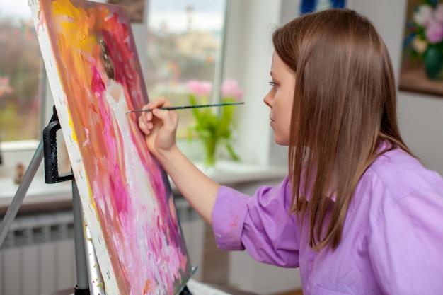 Creatieve kunstenaar voor tekenen in de studio