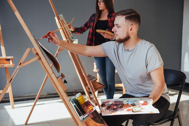 Creatieve kunstenaars hebben een kleurrijke foto op olieverf geschilderd met olieverf in de studio