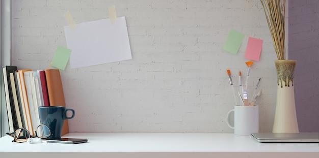 Creatieve kunstenaarsstudio met exemplaarruimte en het schilderen hulpmiddelen