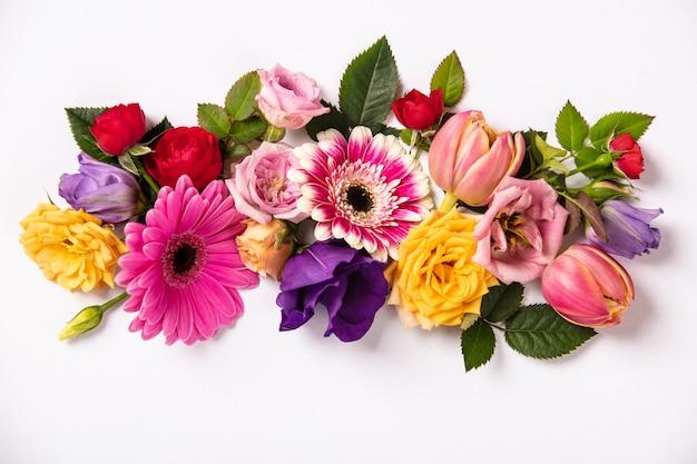 Creatieve lay-out gemaakt met prachtige bloemen op witte achtergrond.