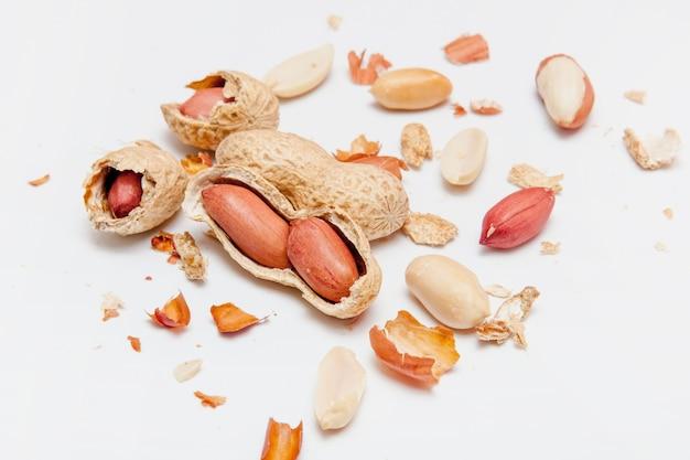 Creatieve lay-out gemaakt van hazelnootnoten, amandelen, walnoten, pinda's, cashewnoten