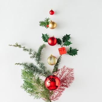 Creatieve lay-out gemaakt van kerstboom pijnboomtakken en decoratie. vakantie achtergrond. plat leggen.
