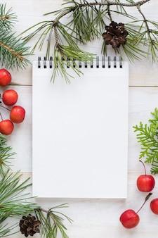 Creatieve lay-out gemaakt van kerstboom takken met papieren kaart notitie. plat leggen. natuur .