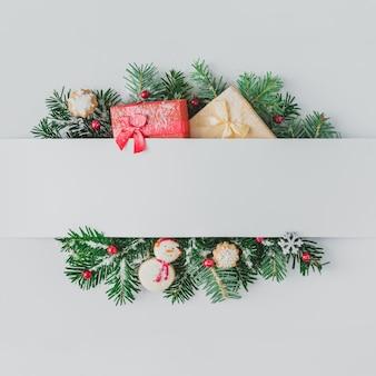 Creatieve lay-out gemaakt van kerstboomtakken met decoratie en sneeuw. plat leggen. natuur nieuwjaar concept.