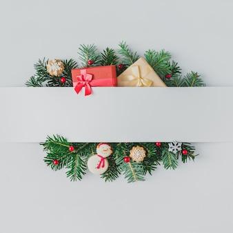 Creatieve lay-out gemaakt van kerstboomtakken met decoratie. plat leggen. natuur nieuwjaar concept.