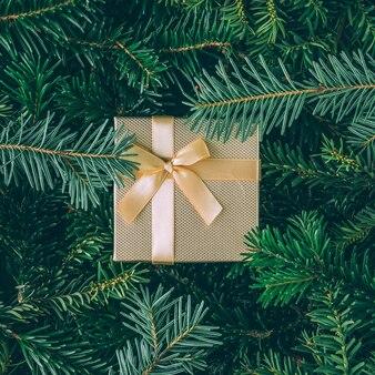 Creatieve lay-out gemaakt van kerstboomtakken met geschenkdoos. plat leggen. natuur nieuwjaar concept.