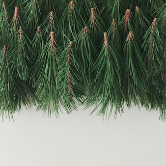 Creatieve lay-out gemaakt van kerstboomtakken. vakantie achtergrond. plat leggen.