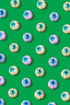 Creatieve lay-out met kleurrijke bloederige oogbol op een levendige groene achtergrond