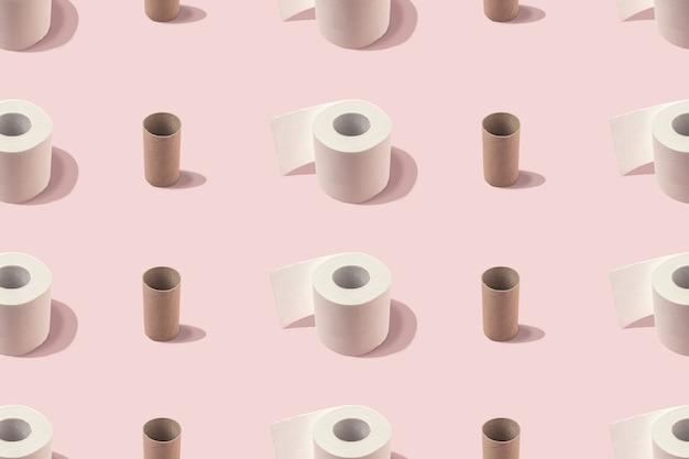 Creatieve lay-out van rollen wc-papier.