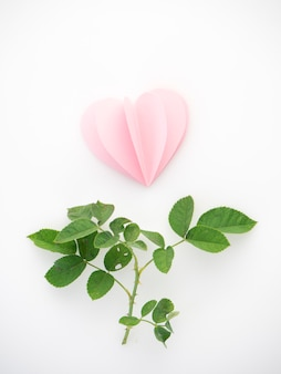 Creatieve liefde roze papieren harten