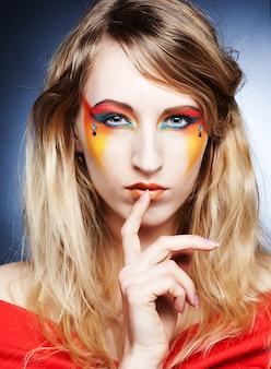 Creatieve make-up. jonge vrouw.