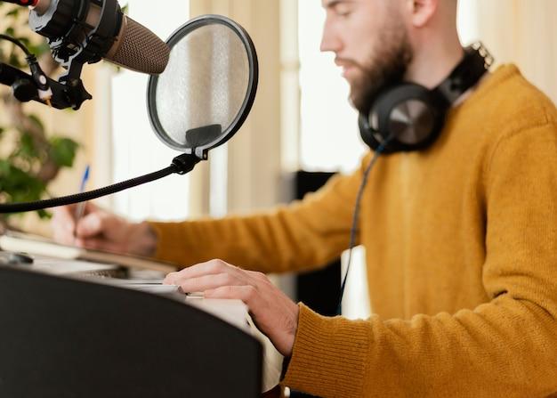 Creatieve man thuis een lied oefenen