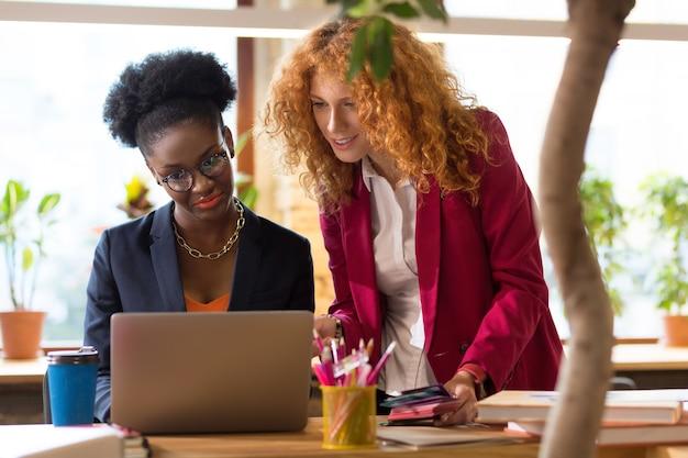 Creatieve manager helpt. roodharige krullende creatieve manager helpt binnenhuisarchitect